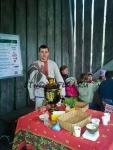 Человек в русском народном костюме обслуживал гостей фестиваля